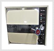 【オートクレーブ(高圧蒸気滅菌器)】 132℃・121℃の高熱蒸気と高圧で滅菌し、手術器具の衛生を保ちます。