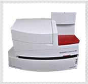 【自動血球計算器】 赤血球、白血球などの数や種類の分類を行います。